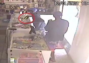 Ladrões invadiram loja de celular com arma na mão (Reprodução de vídeo)