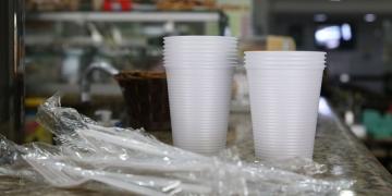 Prefeitura sanciona lei que proíbe o fornecimento de produtos descartáveis feitos de plástico em estabelecimentos comerciais na cidade de São Paulo