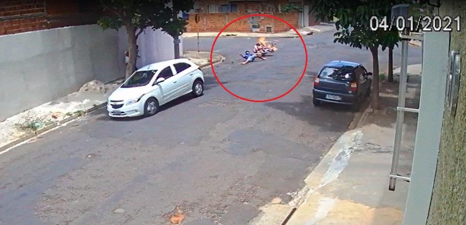 Após a batida, a moto pegou fogo e o motociclista foi arremessado no asfalto (Reprodução de vídeo)