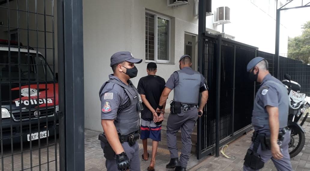 Envolvido em assalto foi levado para o plantão policial (Foto: Silvio Romeiro/ Araçatuba Acontece)