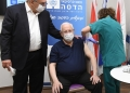 O presidente israelense, Reuven Rivlin, de 81 anos, foi um dos vacinados. Em uma publicação na rede social Twitter, ele pediu aos cidadãos do país que fossem tomar a vacina. — Foto: Reprodução/Twitter Reuven Rivlin