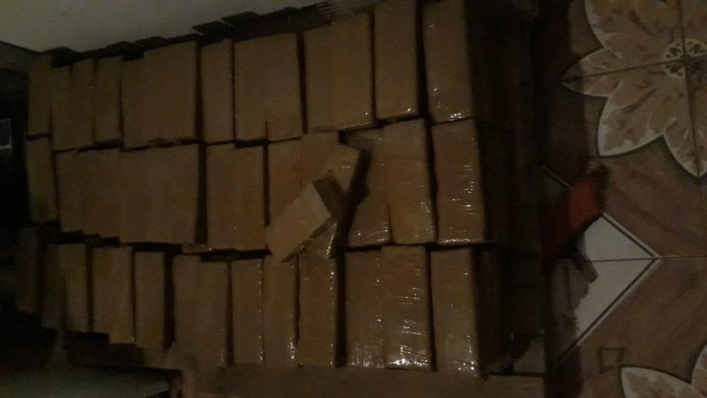 Tabletes de maconha encontrados em casa no bairro de Engenheiro Taveira, zona rural de Araçatuba
