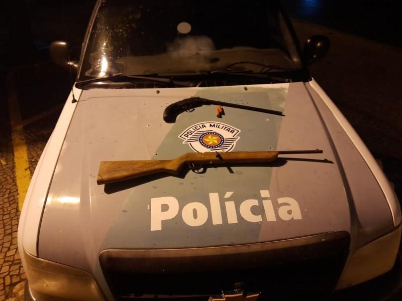 Policiais encontraram duas espingardas de calibre 22 e munições
