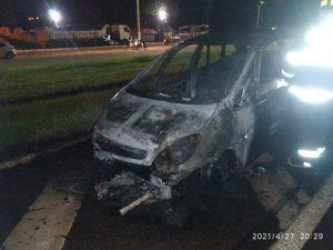 Carro pega fogo na rodovia Elyeser M. Magalhães, em Araçatuba