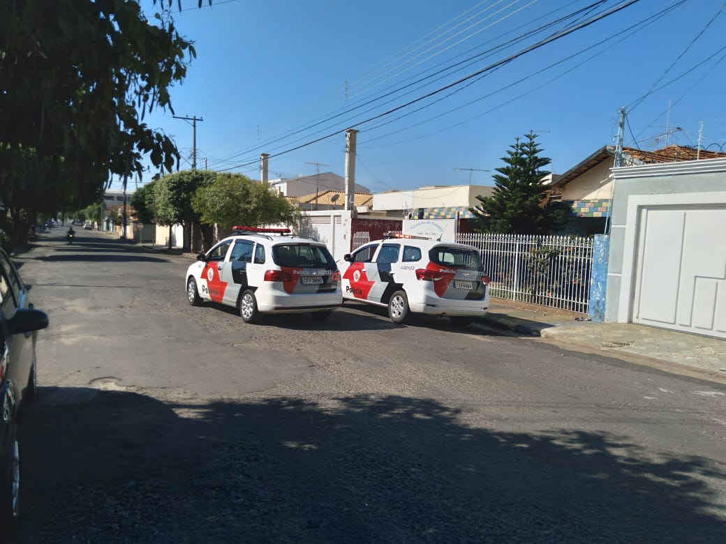 PM realizou cerco na quadra onde fica a escola e recuperou objetos (Foto: Silvio Romeiro/ Araçatuba Acontece)