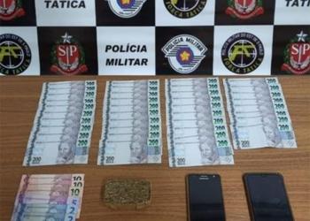 PM prende mulher com R$ 7 mil e tijolo de maconha