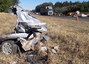 Carro ficou totalmente destruído em acidente na SP-310. Foto: Gustavo Porto/EPTV